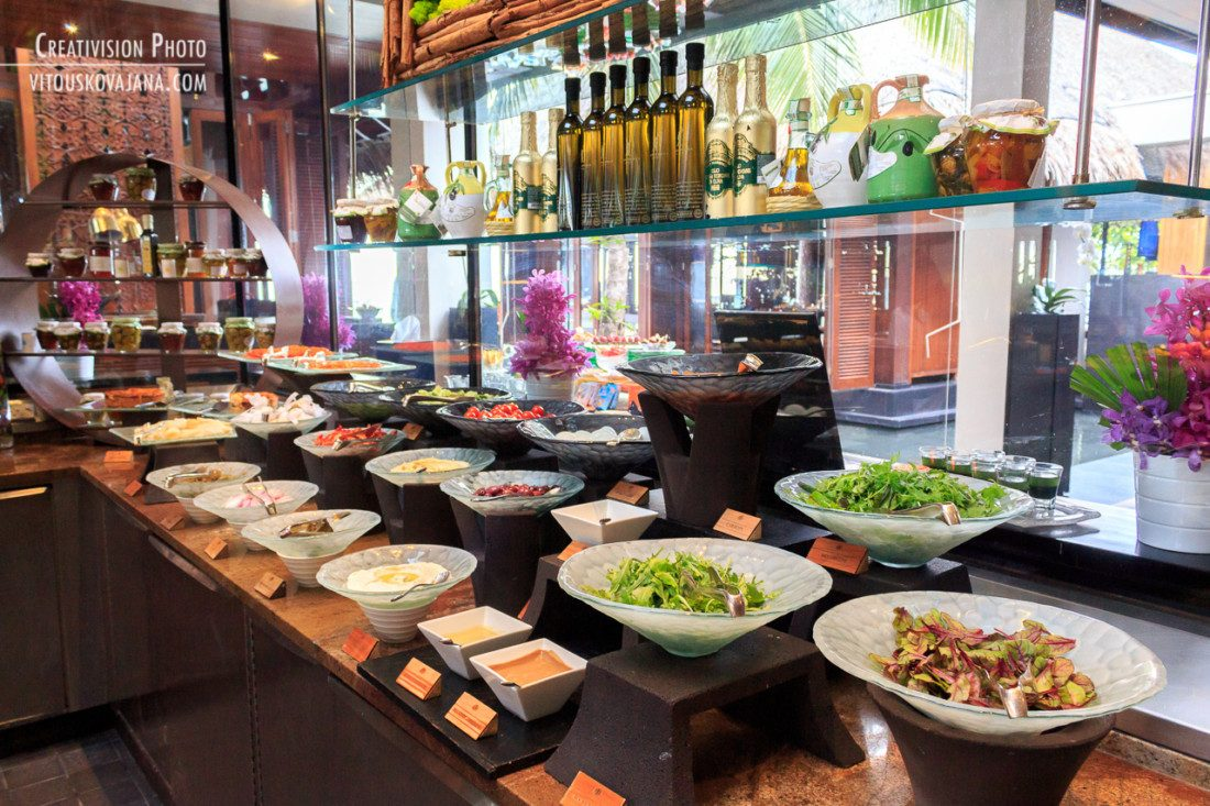 One & Only Reethi Rah breakfast buffet